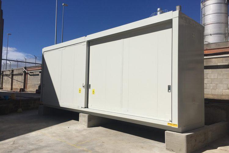 Opslag organische peroxides – 8 meter brandwerende container aan de hand van betonblokken waterpas geplaatst
